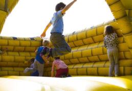 Kinder auf einer Hüpfburg